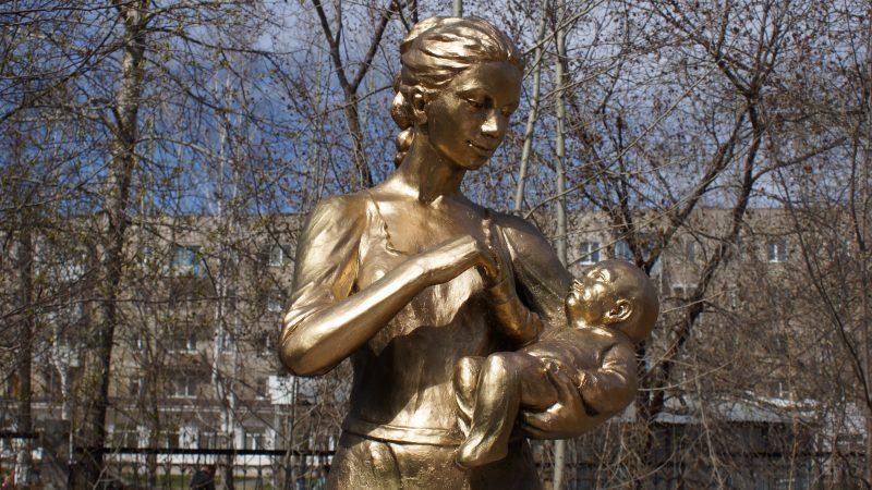 Скульптура «Мать и дитя» у Березовского роддома