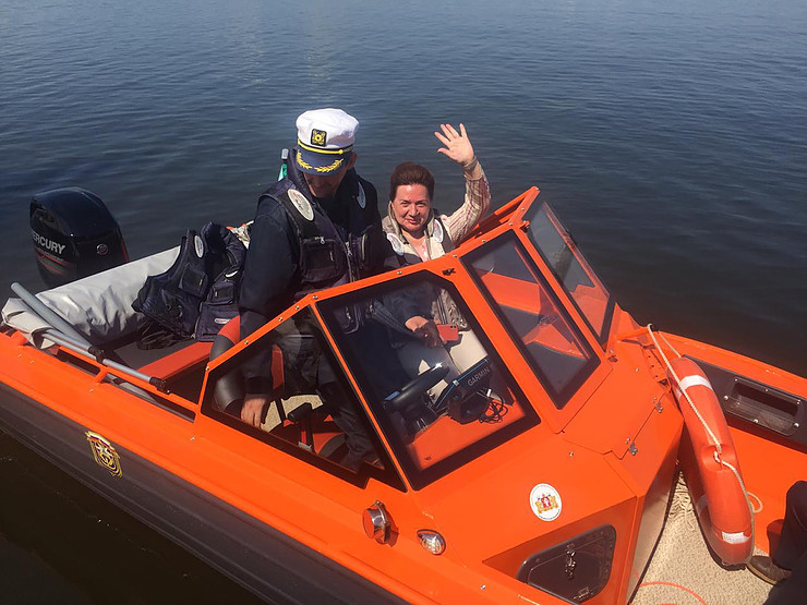Сергей Бидонько передал катер уральским спасателям-добровольцам из Областного медколледжа