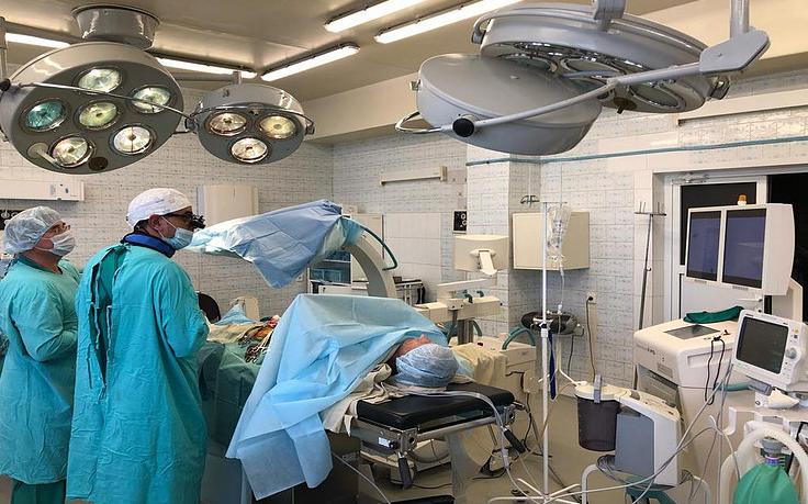 Хирурги Свердловского госпиталя ветеранов войн провели уникальную гибридную операцию