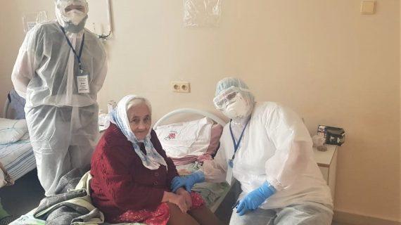 95-летнюю березовчанку благополучно выписали из ковидного госпиталя Березовской ЦГБ